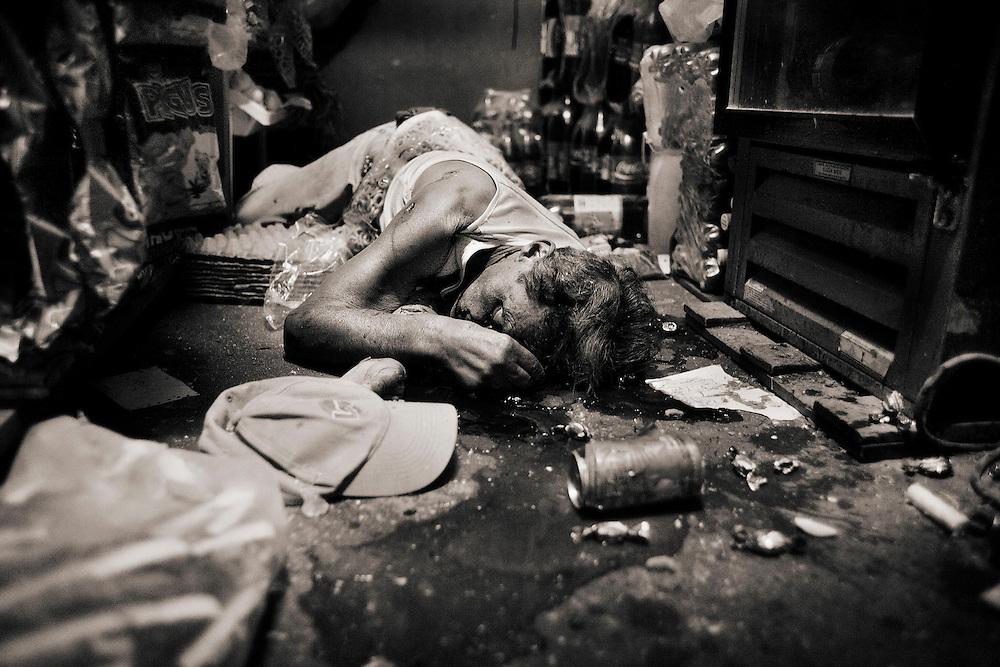 TEGUCIGALPA, COLONIA FLOR DE CAMPO.<br /> UNA CALLE EN LA CUAL VARIAS FAMILIAS HAN SIDO EXTORSIONADAS POR LA MARA 18 CON EL PAGO DEL IMPUESTO DE GUERRA. EN <br /> 9. Tegucigalpa, colonia flor country. A street in which several families have been extorted by the mara 18 with tax payment of war. In the image Oscon Armando Ochoa of 82 years has been shot with 7 shots in the shop from his home by members of the mara 18 unpaid war tax.<br /> LA IMAGEN OSCON ARMANDO OCHOA DE 82 A&Ntilde;OS HA SIDO BALEADO  CON 7 DISPAROS EN LA PULPERIA DE SU CASA POR MIEMBROS DE LA MARA 18 POR IMPAGO DEL IMPUESTO DE GUERRA.