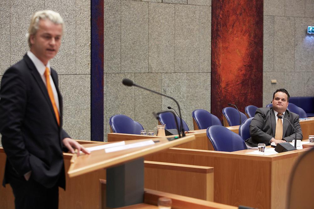 Nederland. Den Haag, 24 mei 2012.<br /> PVV zegt vertouwen op in demissionair minister de Jager van Financien.<br /> Geert Wilders van de PVV spreekt tijdens het debat over het permanente Europees noodfonds in de Tweede Kamer. Op de voorgrond demissionair minister Jan Kees de Jager, EU, Europese Unie, noodsteun, ESM<br /> Foto : Martijn Beekman