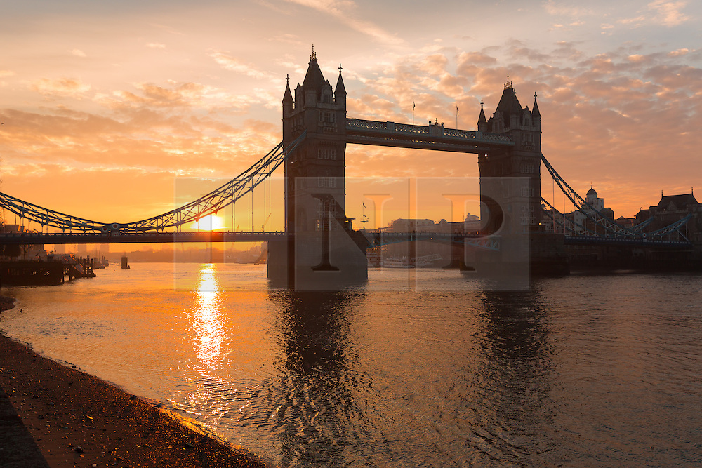 © Licensed to London News Pictures. 17/01/2017. LONDON, UK.  Sunrise behind Tower Bridge in London this morning during cold weather. Following a spell of milder weather yesterday, temperatures fell again in London last night. Photo credit: Vickie Flores/LNP