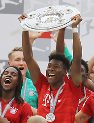 18.05.2019, Allianz Arena, Muenchen, GER, 1. FBL, FC Bayern Muenchen vs Eintracht Frankfurt, 34. Runde, Meisterfeier nach Spielende, im Bild Jubel beim FC Bayern - David Alaba hält die Meisterschale hoch, links Renato Sanches // during the celebration after winning the championship of German Bundesliga season 2018/2019. Allianz Arena in Munich, Germany on 2019/05/18. EXPA Pictures © 2019, PhotoCredit: EXPA/ SM<br /> <br /> *****ATTENTION - OUT of GER*****