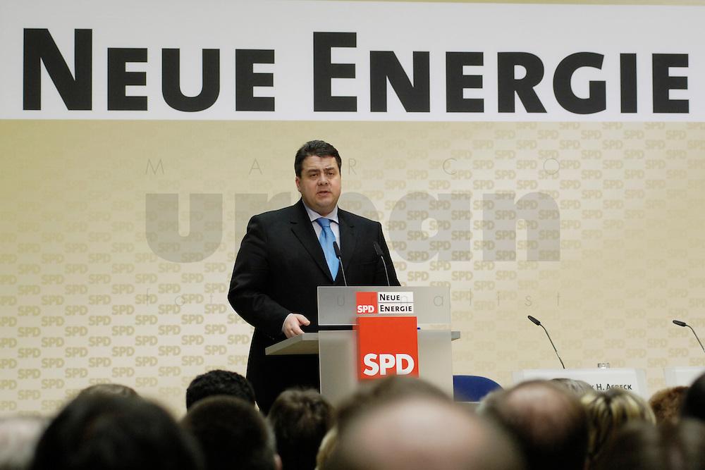 06 MAR 2006, BERLIN/GERMANY:<br /> Sigmar Gabriel, SPD, Bundesumweltminister, haelt eine Rede, waehrend der SPD Konferenz zum Thema &quot;Neue Energie&quot;, Willy-Brandt-Haus<br /> IMAGE: 20060306-02-037<br /> KEYWORDS: speech