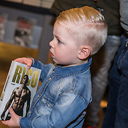 NLD/Amsterdam/20171222 - Signeersessie Rico Verhoeven en Leon Verdonschot, Klein jongetje met het boek Rico