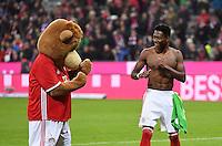 Fussball  1. Bundesliga  Saison 2016/2017  8. Spieltag  FC Bayern Muenchen - Borussia Moenchengladbach        22.10.2016 Schlussjubel FC Bayern Muenchen; Maskottchen Berni (li) beim Schauboxen mit David Alaba  (re)