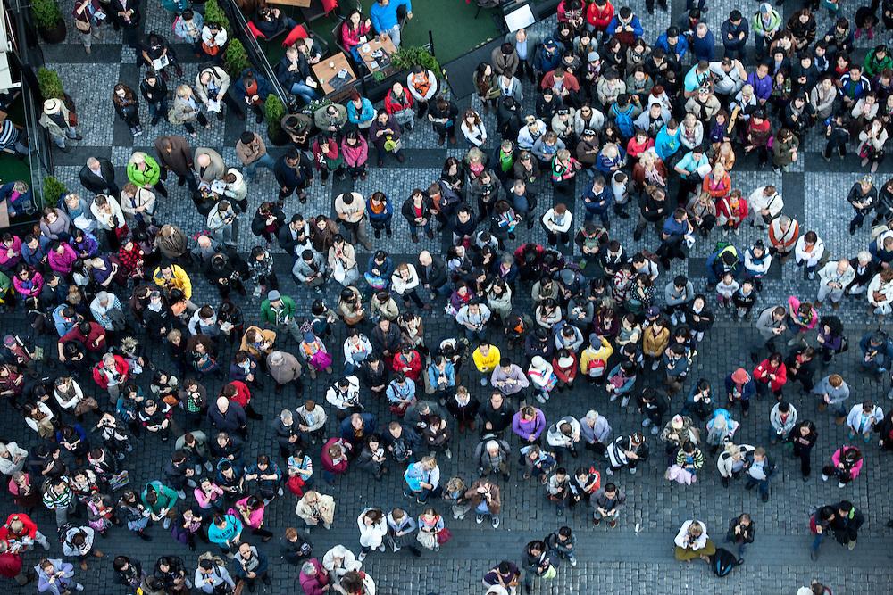 Menschenmenge vor der astronomischen Aposteluhr (ORLOJ) am Altstädter Rathaus in Prag.