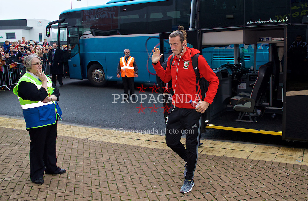 CARDIFF, WALES - Monday, September 5, 2016: Wales' Gareth Bale arrives before the 2018 FIFA World Cup Qualifying Group D match against Moldova at the Cardiff City Stadium. (Pic by David Rawcliffe/Propaganda)