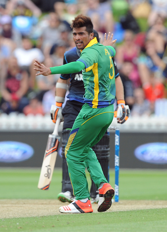 Pakistan's Mohammad Amir successfully appeals the caught behind of New Zealand's Tom Latham for 11 in the 1st ODI International Cricket match at Basin Reserve, Wellington, New Zealand, Monday, January 25, 2016. Credit:SNPA / Ross Setford