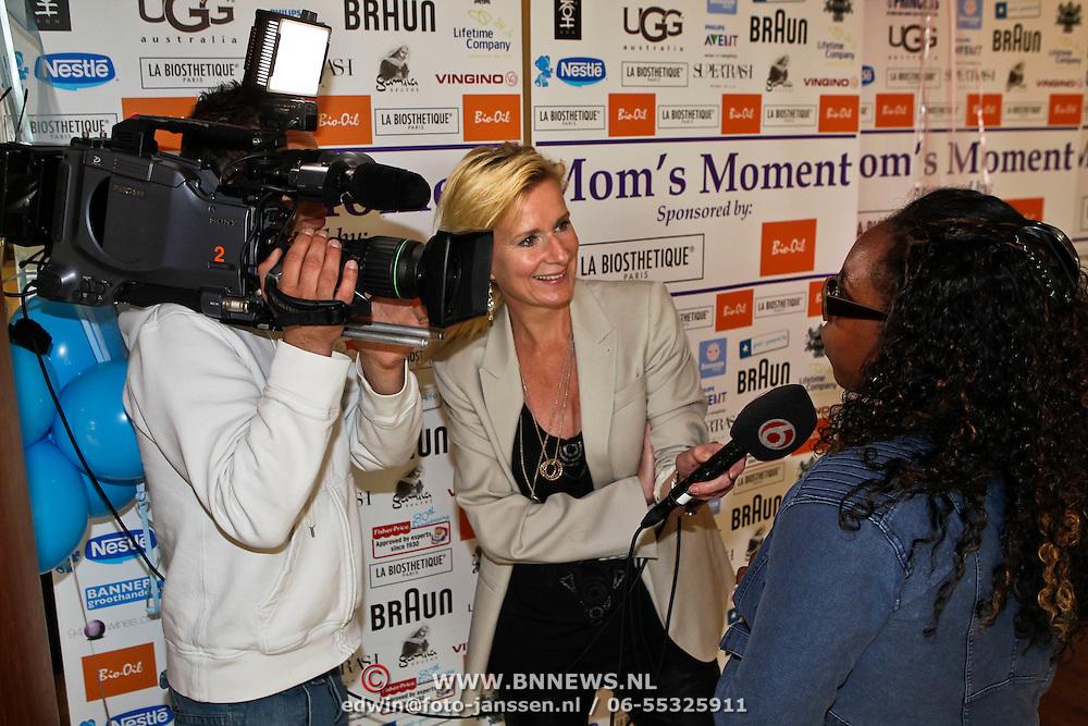 NLD/Amsterdam/20100506 - Mom's Moment 2010, zwangere Angela Esajas word geinterviewd