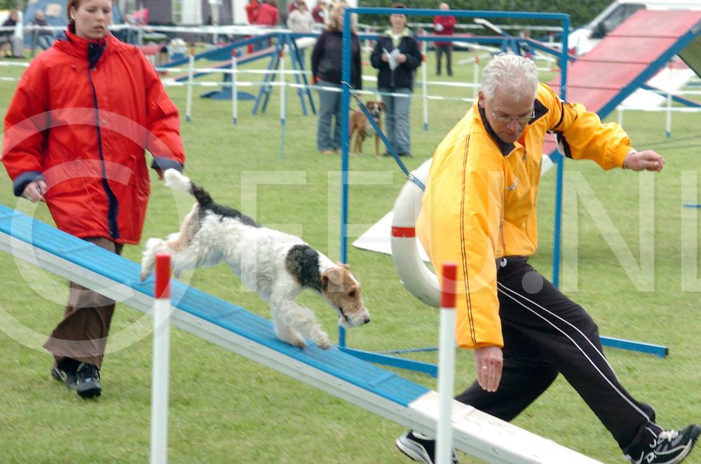060521, ane,ned<br /> Behendigheid wedstrijden voor hond en mens.<br /> foto: het basje moet nog harder werken dan de hond.<br /> fotografie frank uijlenbroek&copy;2006 frank uijlenbroek
