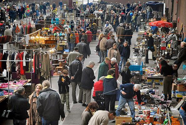 Nederland, Bemmel, 24-2-2012Vlooienmarkt in de veilinghal wordt druk bezocht.FOTO: FLIP FRANSSEN/ HOLLANDSE HOOGTE