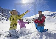 Familie tollt im Schnee (model-released)