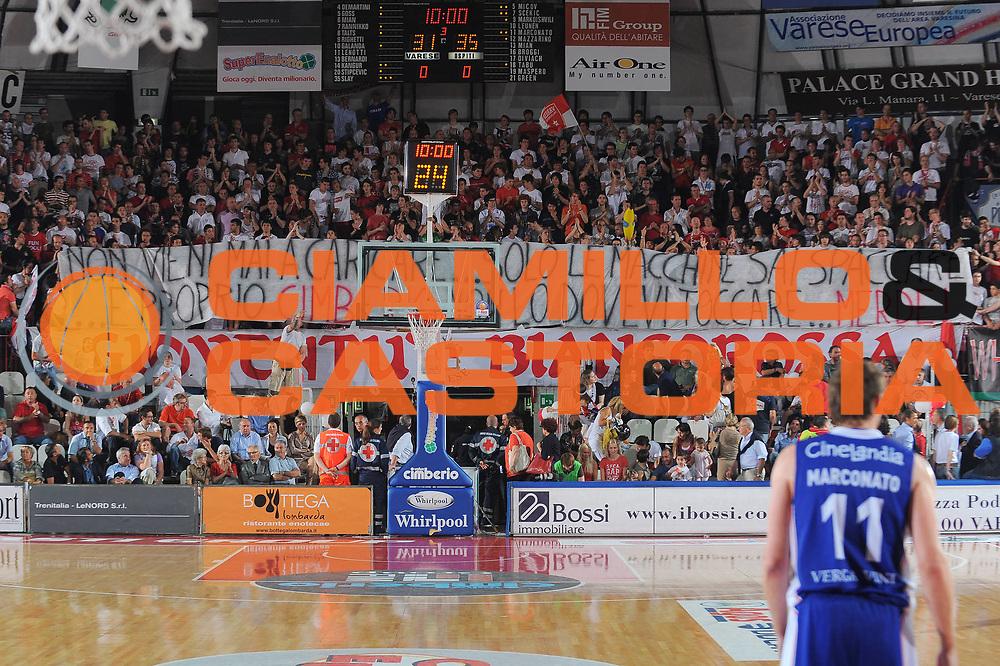 DESCRIZIONE : Varese Lega A 2010-11 Quarti di finale Play off Gara 3 Cimberio Varese Bennet Cantu<br /> GIOCATORE : tifosi curva Varese striscione<br /> SQUADRA : Cimberio Varese<br /> EVENTO : Campionato Lega A 2010-2011<br /> GARA : Cimberio Varese Bennet Cantu<br /> DATA : 22/05/2011<br /> CATEGORIA : Ritratto Curiosita<br /> SPORT : Pallacanestro<br /> AUTORE : Agenzia Ciamillo-Castoria/A.Dealberto<br /> Galleria : Lega Basket A 2010-2011<br /> Fotonotizia : Avellino Lega A 2010-11 Quarti di finale Play off Gara 3 Cimberio Varese Bennet Cantu<br /> Predefinita :