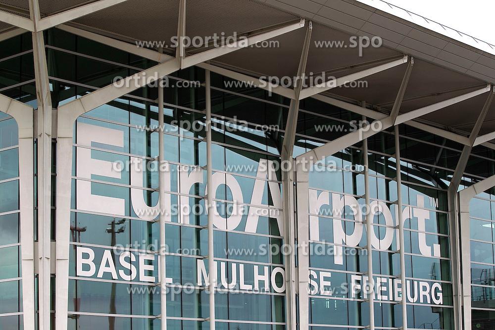 THEMENBILD - Aussenansicht, Aussen, Logo, aufgenommen am EuroAirport Basel-M&uuml;lhausen-Freiburg, Frankreich am 11.08.2014 // Feature of the EuroAirport Basel Mulhouse Freiburg, France on on 2014/08/11. EXPA Pictures &copy; 2014, PhotoCredit: EXPA/ Eibner-Pressefoto/ Fleig<br /> <br /> *****ATTENTION - OUT of GER*****