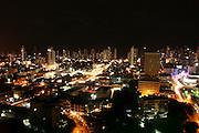 Vista general nocturna desde el cangrejo de la ciudad de Panamá.