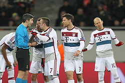 17.02.2015, Arena Lwiw, Lwiw, UKR, UEFA CL, Schachtar Donezk vs FC Bayern Muenchen, Achtelfinale, Hinspiel, im Bild l-r: Schiedsrichter Undiano Mallenko diskutiert mit Franck Ribery #7 (FC Bayern Muenchen) wegen der Gelb/roten Karte fuer Xabi Alonso #3 (FC Bayern Muenchen), Arjen Robben #10 (FC Bayern Muenchen), Foto: Eibner // during the UEFA Champions League Round of 16, 1st Leg match between between Schachtar Donezk and FC Bayern Munich at the Arena Lwiw in Lwiw, Germany on 2015/02/17. EXPA Pictures © 2015, PhotoCredit: EXPA/ Eibner-Pressefoto/ Kolbert<br /> <br /> *****ATTENTION - OUT of GER*****
