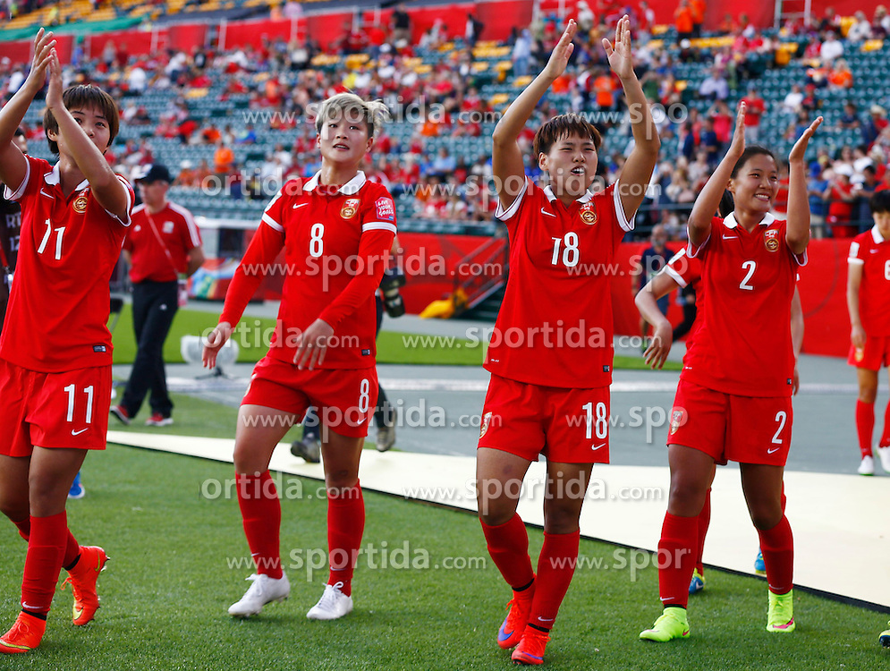 12.06.2015, Commonwealth Stadium, Edmonton, CAN, FIFA WM, Frauen, China vs Niederlande, Gruppe A, im Bild Players of China greet the audience.China won 1-0 // during group A match of FIFA Women's World Cup between China and Netherlands at the Commonwealth Stadium in Edmonton, Canada on 2015/06/12. EXPA Pictures &copy; 2015, PhotoCredit: EXPA/ Photoshot/ Ding Xu<br /> <br /> *****ATTENTION - for AUT, SLO, CRO, SRB, BIH, MAZ only*****
