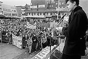 Nederland, Nijmegen, 10-11-1988Demonstratie van studenten tegen de wet op de studiefinanciering en hervormingen in het wetenschappelijk onderwijs door minister Deetman. Die kreeg te maken met grote demonstraties van studenten na de verhoging van de collegegelden en het verkorten van de studieduur. Lsvb voorzitter Maarten van Poelgeest spreekt aktievoerders toe op Plein 44 in het centrum van de stad.Foto: Flip Franssen/Hollandse Hoogte