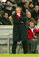 Photo: Scott Heavey.<br /> Olympique de Marseeille v Liverpool. UEFA Cup 4th Round, second leg.<br /> A worried Gerard Houllier
