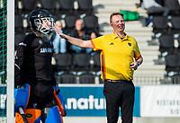 AMSTELVEEN - scheidsrechter, umpire, Coen van Bunge,   tijdens de oefenwedstrijd tussen Amsterdam en Bloemendaal heren.   COPYRIGHT  KOEN SUYK