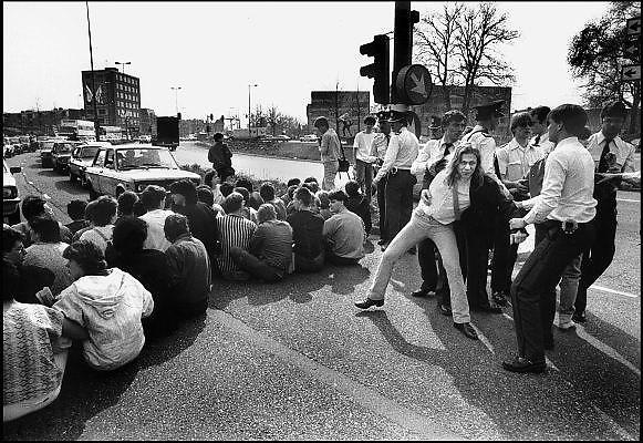 Nederland, Nijmegen, 10-9-1985Demonstratie van studenten tegen de wet op de studiefinanciering en hervormingen in het wetenschappelijk onderwijs door minister Deetman. Die kreeg te maken met grote demonstraties van studenten na de verhoging van de collegegelden en het verkorten van de studieduur. Hier bezetten, blokkeren, actievoerders de Oranjesingel, een uitvalsweg van de stad. een van de studentenleiders wordt afgevoerd. Ook het bestuursgebouw en het erasmusgebouw van de KUN, RU, katholieke universiteit, radboud, werden regelmatig bezet.Foto: Flip Franssen/Hollandse Hoogte
