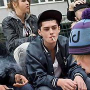 Nederland Rotterdam 13-10-2010 20101013.Jongeren chillen op bankje en roken een sigaret, rokende jongeren. Young people smoking cigarettes and chilling. Holland, The Netherlands, dutch, Pays Bas, Europe ..Foto: David Rozing