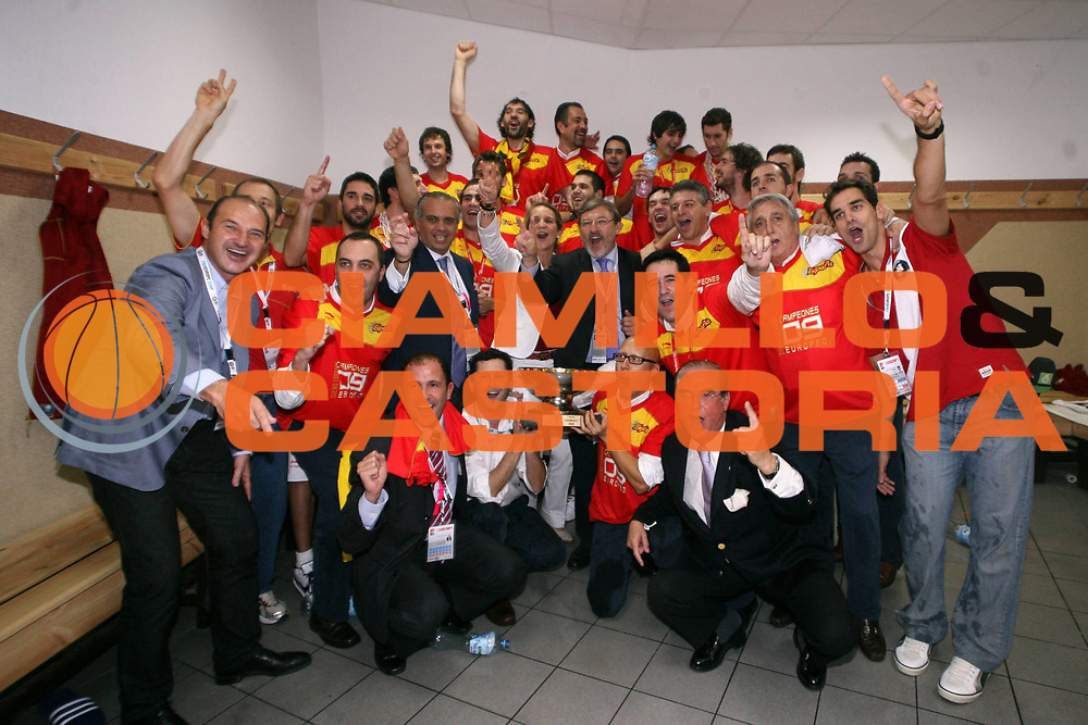 DESCRIZIONE : Katowice Poland Polonia Eurobasket Men 2009 Finale 1 2 posto Final 1st 2nd place Spagna Spain Serbia<br /> GIOCATORE : Team Spagna Spain Letizia Princess of Asturia President Saez<br /> SQUADRA : Spagna Spain<br /> EVENTO : Eurobasket Men 2009<br /> GARA : Spagna Spain Serbia<br /> DATA : 20/09/2009 <br /> CATEGORIA :<br /> SPORT : Pallacanestro <br /> AUTORE : Agenzia Ciamillo-Castoria/A.Vlachos<br /> Galleria : Eurobasket Men 2009 <br /> Fotonotizia : Katowice  Poland Polonia Eurobasket Men 2009 Finale 1 2 posto Final 1st 2nd place Spagna Spain Serbia<br /> Predefinita :