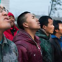 GAOBEIDIAN, 7.NOV. 2014 : die Mitglieder der Farm des rechten Weges beim Singen der Nationalhymne am Morgen.