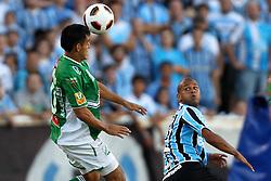 Jhasmany Campos, do Oriente Petrolero, da Bolívia disputa bola com Gabriel, do Grêmio em partida váilda pela Copa Libertadores da América 2011, no estádio Olimpico, em Porto Alegre. FOTO: Jefferson Bernardes/Preview.com