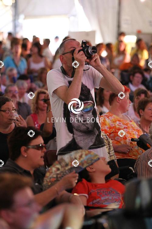 ALEM - De VIP bezoekers van het Shamajo concert gingen helemaal uit hun dak tijdens diversen optredens die middag. FOTO LEVIN DEN BOER - PERSFOTO.NU