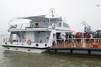 Un ferry traverse le Huangpu entre les deux parties de Shanghai Expo. <br /> A ferry crosses the Huangpu to take visitors from on part of the expo to the other.