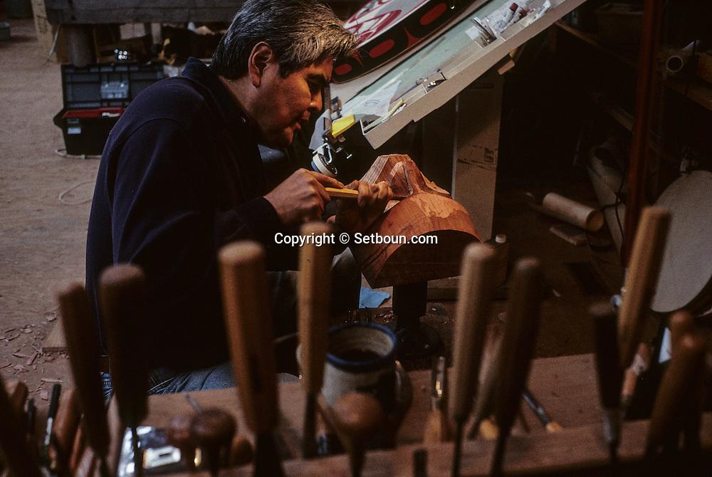 Canada. White Rock   Robert  Davidson, -  Indian Haida -  artist in    / l 'artiste Robert Davidson, ancien élève de Bill Reid, sculpte un masque représentant l'esprit tutélaire de l'épaulard aux traits anthropomorphiques.  à White Rock.    Canada