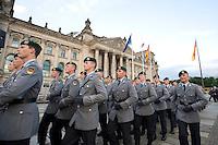 20 JUL 2008, BERLIN/GERMANY:<br /> Feierliches Geloebnis von Rekruten des Wachbataillons der Bundeswehr auf dem Platz der Republik vor dem Reichstagsgebaeude<br /> KEYWORDS: Soldat, Soldaten, Deutscher Bundestag, Oeffentliches Geloebnis, Öffentliches Gelöbnis, Vereidigung, Rekrutengelöbnis, Reichstag, Reichstagsgebäude<br /> IMAGE: 20080720-01-047