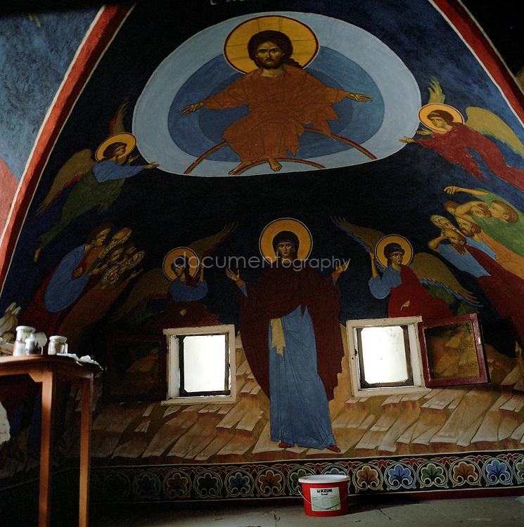 La Chapelle en construction du fort de Porquerolles transformé par Le frère Sérafin, moine a Porquerolles depuis 11 ans, en un Monastére.