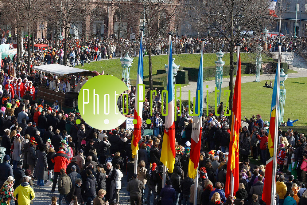 Mannheim. Fasnachtsumzug.<br /> - 29. Mutterstadter Carneval Verein &quot;Die Geefltreiwer&quot; e.V.<br />  Bei strahlendem Sonnenschein hat der 59. gemeinsame Fasnachtsumzug der St&permil;dte Mannheim und Ludwigshafen heute &cedil;ber 300 000 Schaulustige auf die Straflen gelockt. Die Fasnachtfans bejubelten mit dem Schlachruf &quot;Mannem ahoi&quot; die rund 100 Umzugswagen, die sich quer durch die Innenstadt schl&permil;ngelten. Der Narrenumzug in der Quadratestadt steht unter dem Motto &quot;Der Frohsinn und die Heiterkeit sind Br&cedil;ckenpfeiler unsrer Zeit&quot;. P&cedil;nktlich um 14.11 Uhr wurde der Umzug mit drei Salutsch&cedil;ssen er&circ;ffnet. Die Polizei sprach augenzwinkernd sogar von 311 000 Zuschauern.<br /> <br /> Bild: Markus Proflwitz / masterpress /