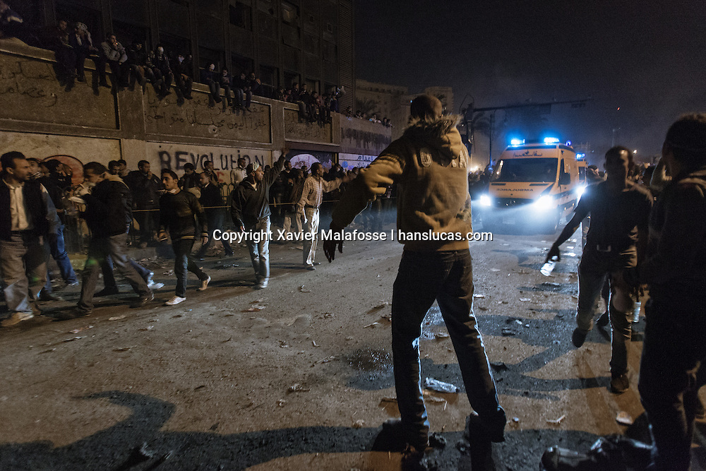 Fin novembre 2011, des dizaines de milliers d'Egyptiens se sont rassembles place Tahrir pour demander la demission du marechal Tantawi et du Conseil supreme des forces armees. Des affrontements avec la police ont fait de nombreux morts dans la rue Mohammed Mahmoud, renommee rue des Martyrs par les manifestants.<br /> <br /> At the end of November 2011, tens of thousands of Egyptians gathered in Tahrir Square to demand the resignation of the Marshal Tantawi and the Supreme Council of the Armed Forces. Clashes with police killed dozens of civilians in Muhammad Mahmud Street, which has been renamed Martyrs Street by protesters.