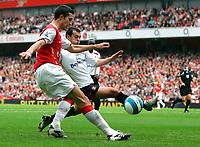 Photo: Tom Dulat.<br /> Arsenal v Sunderland. The FA Barclays Premiership. 07/10/2007.<br /> Ross Wallace of Sunderland and Robin van Persie of Arsenal with the ball