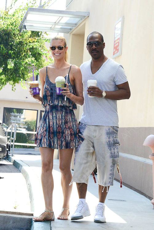 09.AUGUST.2013. LOS ANGELES<br /> <br /> EDDIE MURPHY AND PAIGE BUTCHER GETTING COFFEE TOGETHER.<br /> <br /> BYLINE: EDBIMAGEARCHIVE.CO.UK<br /> <br /> *THIS IMAGE IS STRICTLY FOR UK NEWSPAPERS AND MAGAZINES ONLY*<br /> *FOR WORLD WIDE SALES AND WEB USE PLEASE CONTACT EDBIMAGEARCHIVE - 0208 954 5968*
