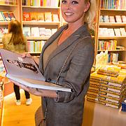 NLD/Amsterdam/20160529 , Boekpresentatie Het Groot Nederlands Knuffelboek van Gallyon van Vessem, Bridget Maasland