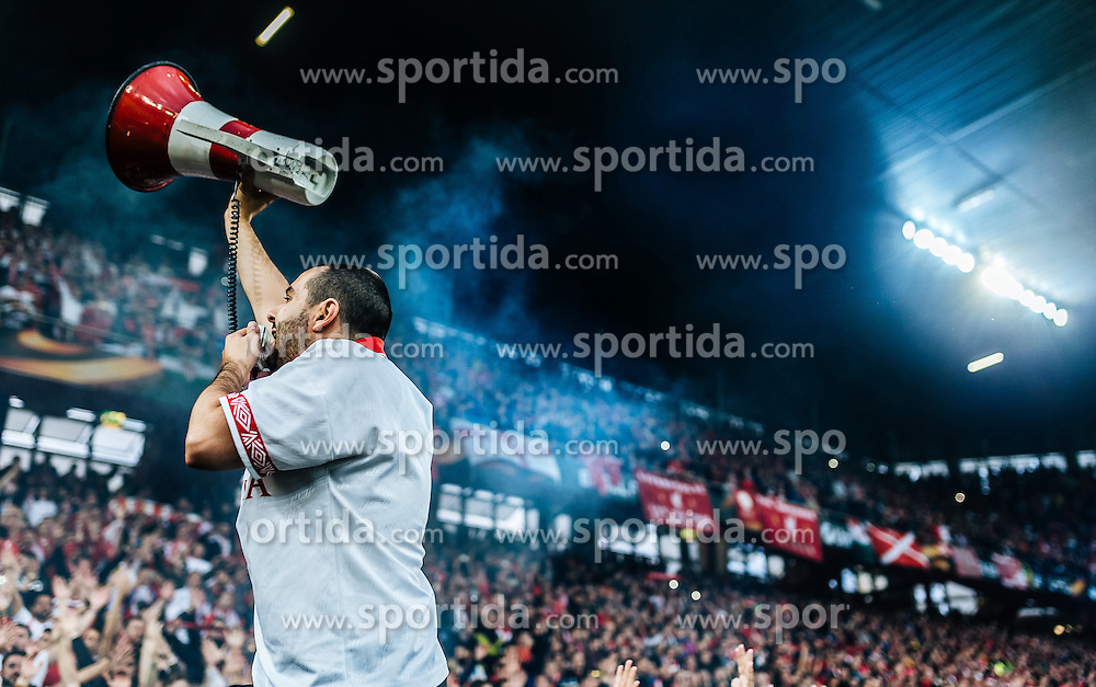 18.05.2016, St. Jakob Park, Basel, SUI, UEFA EL, FC Liverpool vs Sevilla FC, Finale, im Bild Sevilla Fan mit Megaphon // Sevilla supporter with megaphone during the Final Match of the UEFA Europaleague between FC Liverpool and Sevilla FC at the St. Jakob Park in Basel, Switzerland on 2016/05/18. EXPA Pictures © 2016, PhotoCredit: EXPA/ JFK