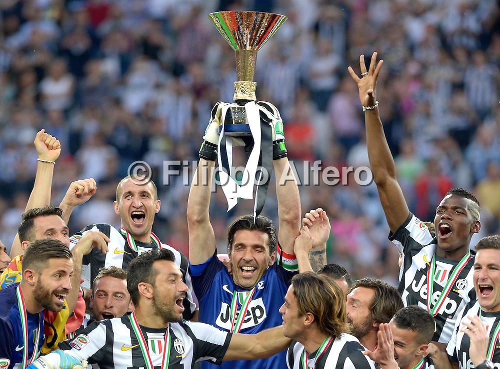 &copy; Filippo Alfero<br /> Juventus vs Cagliari - Serie A 2012 / 2013 e assegnazione Coppa dello Scudetto<br /> Torino, 11/05/2013<br /> sport calcio<br /> Nella foto: Gianluigi Buffon alza la coppa dello Scudetto