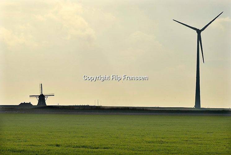 Nederland, EemshavenIn het havengebied in noord groningen staan ruim 90 windturbines waarvan de meesten van RWE. Ook een traditionele ouderwetse molen , de Goliath, staat in het landschap hetgeen een mooi contrast geeft met de moderne versie.FOTO: FLIP FRANSSEN