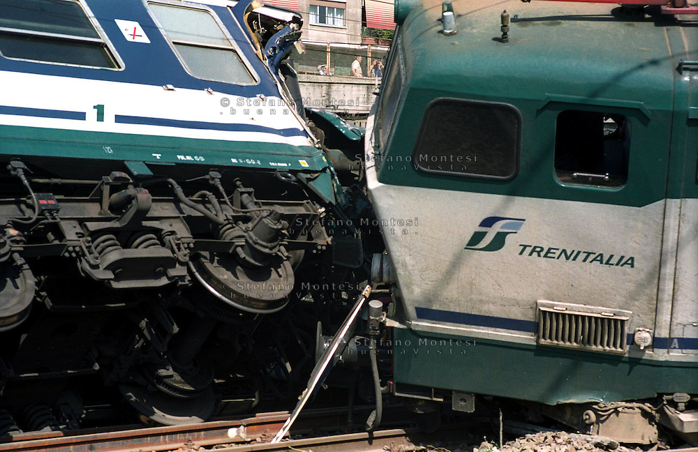 Roma 14 maggio 2003.Stazione Tiburtina .Treno Intercity deraglia, e urta un treno locale,  che transitava sul binario vicino..Vigile del Fuoco sul luogo del disastro.Rome  May 14, 2003.Tiburtina Station.Intercity train derails and hits a local train that was passing near the track..Firefighter at the scene of disaster