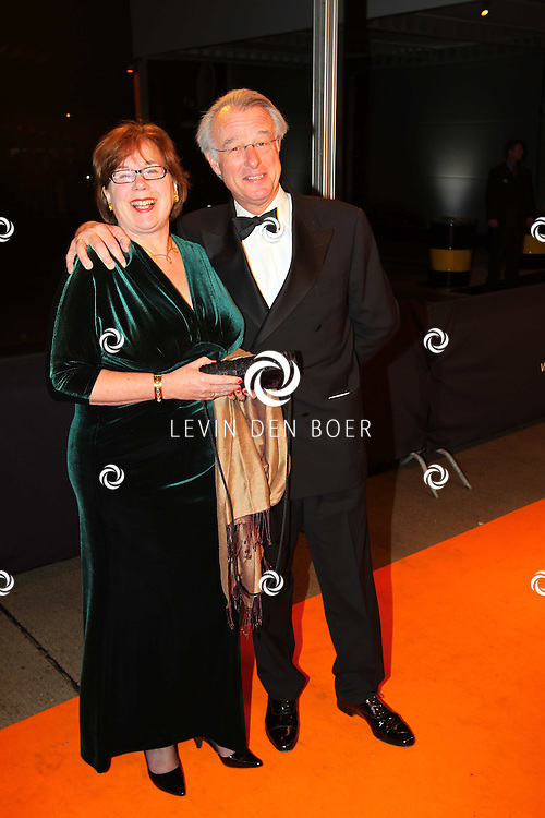 KATWIJK - Jozias Johannes van Aartsen met zijn vrouw zaterdag op de oranje loper van de galapremiere van Soldaat van Oranje - de Musical in de Theater Hangaar op de oude vliegbasis Valkenburg bij Katwijk. FOTO LEVIN DEN BOER - PERSFOTO.NU