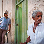 CUBA (La Habana). 2009. People in Habana Vieja. The youth listen sceptically elder's histories about times before the Revolution.
