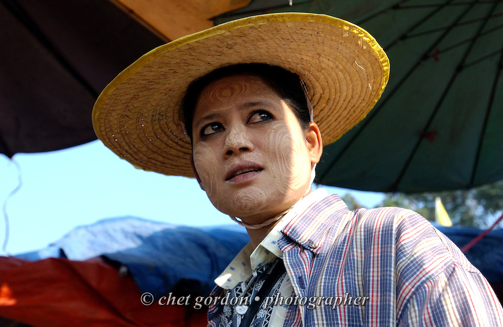 Burmese seafood vendor in the market on the banks of the Moei River in Mae Moei City, Thailand on Saturday, November 10, 2007.  © Chet Gordon / THE IMAGE WORKS