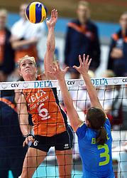 26-09-2015 NED: Volleyball European Championship Nederland - Slovenie, Apeldoorn<br /> Maret Balkestein-Grothues #6, Mojca Bozic #3<br /> Photo by Ronald Hoogendoorn / Sportida