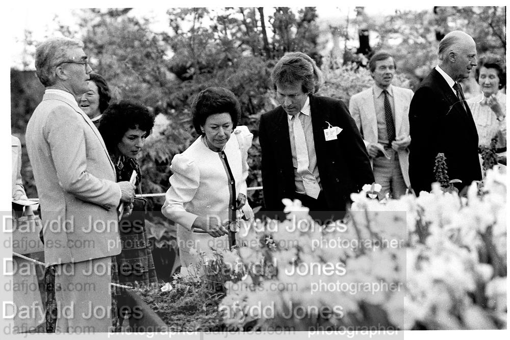 Princess Margaret and Roddy Llewellen at the Chelsea Flower Show. 19/5/1986. © Copyright Photograph by Dafydd Jones 66 Stockwell Park Rd. London SW9 0DA Tel 020 7733 0108 www.dafjones.com