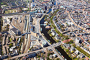 Nederland, Groningen, Groningen, 01-05-2013;<br /> Groningen-stad, centrum. Verbindingskanaal met Station en Groninger Museum. Beneden het Zuiderpark en de Herebrug die leidt naar het Centrum met de Herestraat uit het monopolyspel.<br /> View on the city of Groningen, old town. Railway station and museum for Modern Art (in front of it)<br /> luchtfoto (toeslag op standard tarieven)<br /> aerial photo (additional fee required)<br /> copyright foto/photo Siebe Swart