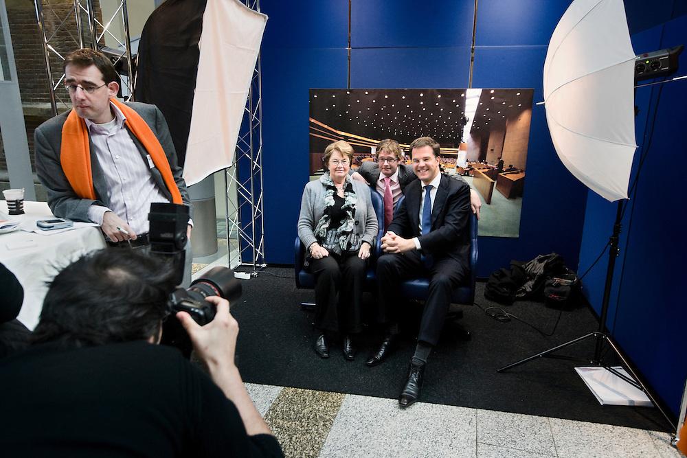 Nederland. Den Haag, 10 november 2007.<br /> Op de foto met Mark Rutte.<br /> De VVD organiseert de Nieuwe Ledendag in het gebouw van de Tweede Kamer Tijdens deze dag biedt men nieuwe leden&nbsp;een &lsquo;kijkje achter de schermen&rsquo; van de VVD-Tweede Kamerfractie. In de Statenpassage is een politieke markt ingericht waar leden kennis kunnen maken met de partijorganisatie en volksvertegenwoordigers van de VVD. Ook&nbsp;kunnen bezoekers van de&nbsp;Nieuwe Ledendag workshops volgen die ingaan op de organisatie van de partij en het liberalisme.<br /> Foto Martijn Beekman <br /> NIET VOOR TROUW, AD, TELEGRAAF, NRC EN HET PAROOL