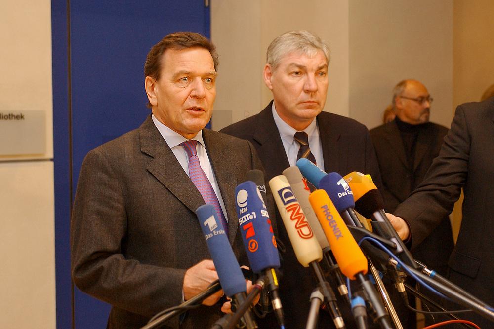 03 DEC 2002, BERLIN/GERMANY:<br /> Gerhard Schroeder (L), SPD, Bundeskanzler, und Michael Sommer (R), Vorsitzender Deutscher Gewerkschaftsbund, DGB, geben ein kurzes Pressestatement, nach einer Sitzung des SPD Gewerkschaftsrates, Deutscher Bundestag<br /> IMAGE: 20021203-02-012<br /> KEYWORDS: Gerhard Schr&ouml;der, Mikrofon, microphone