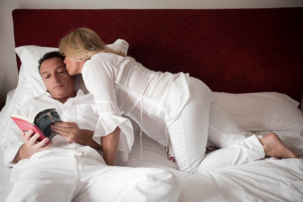 Horacio y Silvina en su cama matrimonial. Llevan 24 años casados y tiene tres hijos.